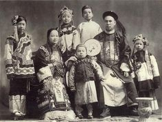 A Chinese immigrant family in Oregon, USA - The traditional dress the family is wearing in that photo is Manchu, which is an ethnic minority. In China today, the population consists predominantly of Han Chinese, in addition to other ethnic minorities. Vintage Pictures, Old Pictures, Old Photos, Antique Photos, Vintage Images, Chinese American, American History, Beijing, Immigration Debate