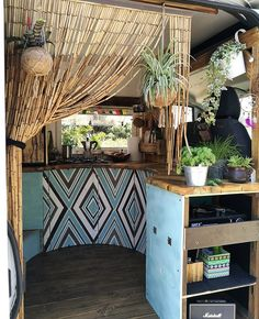 Raise your hand if you're feeling this chic/wild style kitchen vibe🙋🏼‍♀️🙋🏼‍♂️.Simply stunning and very much a one off! Bus Living, Tiny House Living, Small Living, Van Interior, Camper Interior, Interior Design, The Loft, Astuces Camping-car, Kombi Home