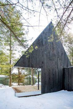 De Lake Cottage ontworpen door het in Toronto gevestigde architectenbureau UUfie is een eigentijdse interpretatie van een boomhut uit je kindertijd. Dit gezinshuis gelegen bij de Canadese Kawartha-meren speelt op een speelse manier met zijn locatie en vorm.