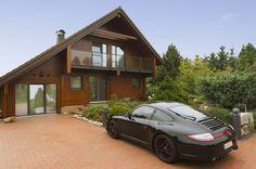 Mitten in der idyllischen Eifel steht dieses charmante Einfamilienhaus, das mit modernem Design, gemütlichem Flair und jeder Menge Luxus punktet.