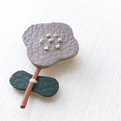 Textile Jewelry, Embroidery Jewelry, Jewelry Art, Leather Jewelry, Leather Craft, Brooches Handmade, Handmade Jewelry, Cute Crafts, Diy And Crafts