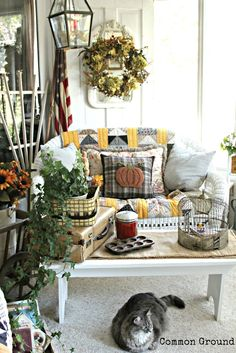 Debra at Common Ground: Vintage inspired French Country home tour Rustic Country Homes, Country Style Homes, French Country House, French Country Decorating, Country Porches, Southern Porches, Country Chic, Friedrich Schiller, Porch Decorating