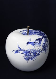 The Limited Edition is a ø 47 cm BULL & STEIN ceramic apple, hand-painted by Royal Delft and exclusively developed by InsideOut Luxury. Each object carries the trademark of Royal Delft and is provided with a certification of authenticity. The traditional decorations are translated to a contemporary design by using the peacock in an a-symmetrical painting.  The Limited Edition apples are available to order by number from 1 to 100.