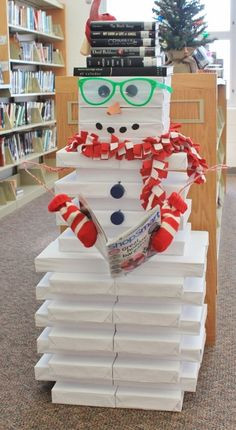 17 Creative Ways to Use Books as Christmas Decorations Jane Wilt Whitworth, Library/Media Specialist Rock Hill High School Ironton, Ohio - do this next year with Friends books! School Library Displays, Middle School Libraries, Elementary Library, School Library Decor, Library Ideas, Kids Library, Office Decor, Cheap Christmas, Noel Christmas