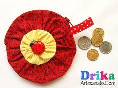 Como fazer porta moedas com flor de fuxico