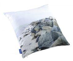 Jylhä rantakivikko kuvattuna painettuun koristetyynyyn. Helppo yhdistää muihinkin painokuoseihin tai yksivärisiin koristetyynyihin. Kausituote. Outdoor Blanket, Throw Pillows, Toss Pillows, Cushions, Decorative Pillows, Decor Pillows, Scatter Cushions