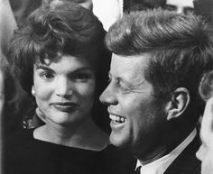 IlPost - Il senatore John F. Kennedy con sua moglie Jacqueline a Boston nel 1958, alla notizia della rielezione (AP Photo/J. Walter Green) - Il senatore John F. Kennedy con sua moglie  Jacqueline a Boston nel 1958, alla notizia della rielezione (AP Photo/J. Walter Green)