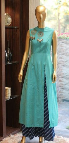 Kurti has become the women and girls most favorite style statement to look stylish with charming traditional look. These classy yet trendy kurtis are so co Kurta Designs, Blouse Designs, Indian Attire, Indian Wear, Indian Dresses, Indian Outfits, Moda Indiana, Hijab Style, Indian Fashion