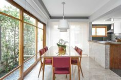 Decoração de casa antiga, reforma, anos 60. Mesa de jantar retangular de madeira com flores, cadeira vermelha, pendente branco, luz natural. #decoracao #decor #details #casadevalentina