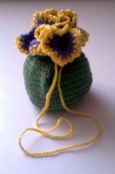 Zöld, lila és citromsárga cérnából horgolt szütyő.  Ékszerek, apró dolgok tárolására.