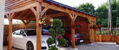 abri pour voiture en bois massif de design autoporté, décoré de pots de fleurs suspendus