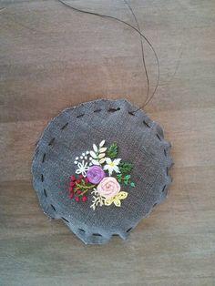 예쁜 브로치를 만들고 싶어지는 계절입니다. 동그랗게 길쭉하게 네모지게. 브로치 틀 없이 아주 가볍게!만... Diy Embroidery Patterns, Hand Embroidery Projects, Hand Embroidery Videos, Hand Embroidery Flowers, Creative Embroidery, Hand Embroidery Stitches, Silk Ribbon Embroidery, Embroidered Flowers, Floral Embroidery