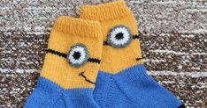 minion-sukat      -Pia Tuononen-     Koko: kengännumero noin 31     Tarvikkeet:   Novita 7 veljestä-lankaa, keltaista, sinistä, mustaa ja h... Mittens, 31, Winter Hats, Gloves, Beanie, Socks, Minion, Long Scarf, Fingerless Mitts