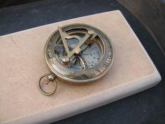 Brújula de latón personalizada (24,23 euros) ¿Busca un regalo con alma marinera? Opta por una brújula de latón (24,23 euros) de SteampunkJourney. En su parte posterior podrás grabar el mensaje que prefieras.