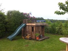 Shed Plans - Kids Playhouse With Green Roof Made Out Of 20 Recycled Pallets Fun Pallet Crafts for Kids Pallet Sheds, Pallet Cabins, Pallet Huts Pallet Playhouses - Now You Can Build ANY Shed In A Weekend Even If You've Zero Woodworking Experience! Kids Playhouse Plans, Outside Playhouse, Pallet Playhouse, Pallet Shed, Build A Playhouse, Playhouse Outdoor, Pallets Garden, Outdoor Playset, Kids Shed