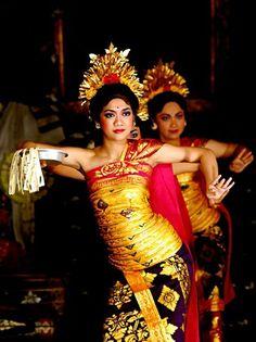 "Puspa Wresti is a ritual dance, dancer bring ""Offering"" for temple ceremony. Have flower rains! Location : Saren Agung - UBUD, Bali"