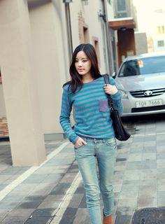 Quần jeans và áo len thời trang