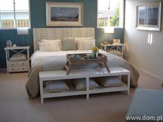 Niebieska sypialnia z białym wyposażeniem