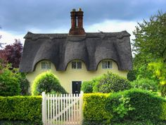 Thatched cottage, England.  | Pixdaus.