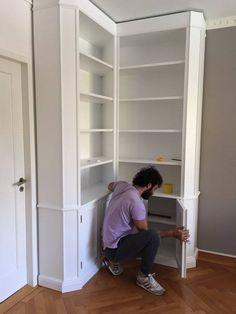 Montaggio libreria angolare Falegnameria Grelli Danilo #librerie su misura #librerie #librerieinlegno