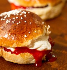 Finnish sweet buns (with strawberry jam, whipped cream and marzipan) / Laskiaispullat - Myllyn Paras -resepti