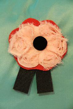 BROCHE ROSA GASA - Rosa de gasa, botón forrado con terciopelo negro, tiras de fieltro negro. Precio: € 8
