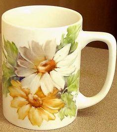 Daisy mug . Painted Mugs, Hand Painted Ceramics, Porcelain Mugs, China Porcelain, Pottery Painting, Ceramic Painting, Painted Wine Glasses, China Art, China Painting