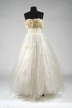 """Designed by Edith Head. Worn by Elizabeth Taylor in """"A Place in the Sun"""" Off-white, strapless layered chiffon gown. The style of the gown was copied by designers and became the fashion rage of high society, high school proms and wedding dresses. Vintage Gowns, Mode Vintage, Vintage Outfits, Vintage Fashion, Elizabeth Taylor, Beautiful Gowns, Beautiful Outfits, Hollywood Stars, Hollywood Costume"""