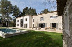 Mas à louer avec piscine au coeur du village de Saint Rémy de Provence. Mas intimiste de 200 m², entièrement rénové propose des prestations haut de gamme.