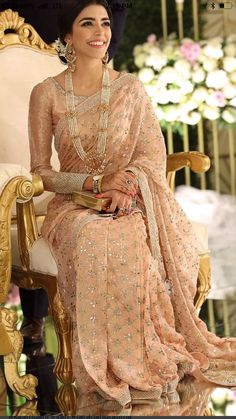 Stylish Plain Saree Looks To Inspire You - Saree Styles Indian Wedding Outfits, Indian Outfits, Indian Reception Outfit, Indian Engagement Outfit, Indian Bridal Wear, Pakistani Dresses, Indian Dresses, Indian Saris, Indian Ethnic
