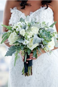 greenery and ivory / New York City Wedding at Trump SoHo / Maya Myers Photography / via StyleUnveiled.com