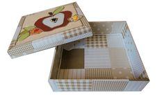 10. Caixa Patchwork quadrada bege com tampa desenho maçã. Área Interna: LxCxA = 19 x 19 x 4,5. Preço: 50,00.