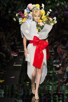 Flower power en echte bloemenjurken op de show van Moschino - Het Nieuwsblad Moschino, Jeremy Scott, Floral Fashion, Fashion Art, Fashion Design, Milan Fashion, Fashion Online, Fashion Trends, Costume Fleur