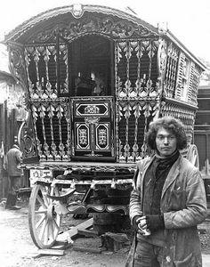 Погребальный обряд цыган в 19 и 20 веках включал в себя сжигание фургона и всех вещей после того, как их владелец умирал. Также всегда практиковался обычай, что вообще ничего не продавалось: часть имущества умершего, ювелирные изделия и деньги оставались в семье. Остальное, в том числе и фургон, сжигали.