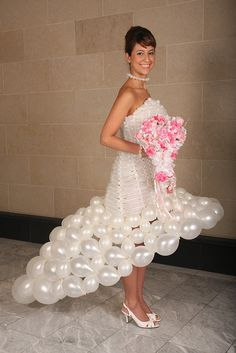 Awesome/crazy: Wedding gowns made of balloons Bad Dresses, Crazy Dresses, Ugly Dresses, Ugly Outfits, Weird Wedding Dress, Unusual Wedding Dresses, Ugliest Wedding Dress, Wedding Dress Fails, Funny Wedding Dresses