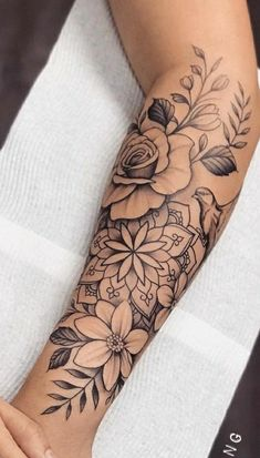 Mom Tattoos, Cute Tattoos, Body Art Tattoos, Hand Tattoos, Side Thigh Tattoos, Flower Tattoos, Tatoos, Dope Tattoos For Women, Shoulder Tattoos For Women