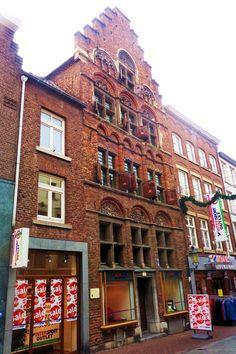 In de Brugstraat ziet u links een gotisch koopmanshuis van rond 1500 met een rijke laatgotische trapgevel, typerende raamindeling, houten luiken en natuurstenen ornamenten. Het is het oudste woonhuis van Roermond. Bijzonder is dat de oorspronkelijke gevel al die tijd bewaard is gebleven. Daarnaast heeft het huis de beide stadsbranden van 1554 en 1665 doorstaan.