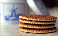 Stroopwafels - Dutch recipes -A stroopwafel is a combination of two cookies and a caramel center. Amsterdam Souvenirs, Amsterdam Travel, Gouda, Dutch Cookies, Biscuits Croustillants, Poffertjes, Netherlands Food, Waffles, Waffle Cookies