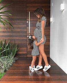mommy and me matching outfits mom and me photo shoot Mama und ich passende Outfits Mama und ich Fotoshooting Mother Daughter Outfits, Mommy And Me Outfits, Mother Daughters, Mommy Baby Matching Outfits, Mom And Daughter Matching, Dear Daughter, Pregnancy Outfits, Pregnancy Photos, Maternity Outfits
