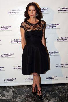 Pin for Later: Best Dressed: Die schönsten Looks der ganzen Woche Catherine Zeta-Jones Die Schauspielerin trug den ultimativen, zeitlosen Klassiker bei einer Gala-Veranstaltung in New York: Ein schwarzes Kleid mit Spitze.