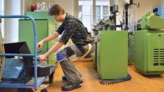 スイスのスタートアップ noonee が、脚に装着してどこでも座れる外骨格「チェアレス・チェア」を開発しました。チェアレスチェアはアルミとカーボンの軽量素材でできた下肢用外骨格。装着したまま歩くことも走ることもでき、長い立ち仕事や腰を痛める姿勢のときは骨格をロックすることで、脚の筋肉や関節の疲労を防ぎ