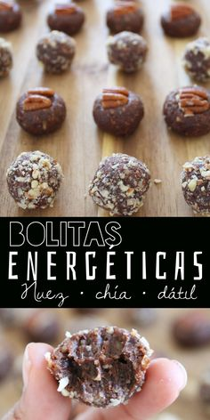 Deliciosos bocaditos llenos de energía saludable hechos con nuez pecana, dátil y harina de chía, con un toque opcional de chocolate. ¡Sin horno y listas en 15 minutos!  #energybites #snacksaludable #chia Good Healthy Recipes, Raw Food Recipes, Sweet Recipes, Dessert Recipes, Desserts, Peanut Butter Thumbprint Cookies, Chocolates, Snacks Saludables, Good Food