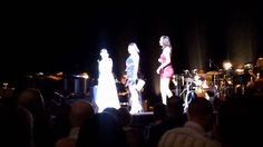 Random girl in audience upstages Idina Menzel, gets standing ovation