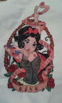 Disney Biancaneve pinup foto lavoro punto croce terminato autrice Blogger tonengemax http://www.magiedifilo.it/forum/ricami-realizzati-dagli-schemi-di-eromas-t3211.html