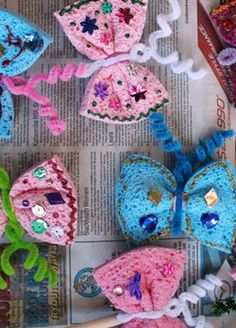 love this easy butterfly craft. Simply wrap pipe cleaners around a sponge and hey presto! Daycare Crafts, Classroom Crafts, Preschool Crafts, Kids Crafts, Craft Projects For Kids, Crafts To Do, Arts And Crafts, Craft Ideas, Crafty Kids