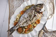 Τσιπούρες στο φούρνο με λαχανικά και μυρωδικά! Greek Meze, Greek Cooking, Fish And Seafood, Dessert Recipes, Desserts, Meals, Beverage, Recipies, Gastronomia
