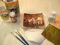 При имитации золочения используют следующие материалы: клеящий состав для потали ( водные, спиртовые или масляные морданы или молочко) материал имитирующий золото, медь или серебро (поталь в листах, поталевая крошка, поталь в рулонах и т.д.) и шеллак, или спиртовой лак для защиты потали. Перед началом работы поверхность, которую планируют позолотить, шлифуют наждачной бумагой, удаляют все неровности, шероховатости.