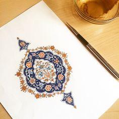 İlk yılımda çalıştığım küçük bir beylikler dönemi tazhibi örneği.. Arabic Calligraphy Design, Islamic Calligraphy, Islamic Art Pattern, Pattern Art, Arabesque, Illumination Art, Persian Pattern, Iranian Art, Turkish Art