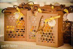 Para comemorar o aniversário de 1 ano de sua filha e seu próprio aniversário, a mãe queria algo simples e diferente ao mesmo tempo, saind... Baby Shower Parties, Baby Shower Themes, Baby Showers, Bee Crafts, Paper Crafts, Honey Packaging, Bee Party, Bee Theme, Bees Knees