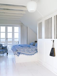Built-in bed space between the built-in closets! A cool way of making space for everything in the bedroom. All kept in white for bright look. Beach House Bedroom, Home Bedroom, Bedroom Decor, Bedrooms, Bedroom Lighting, Scandinavian Interior Bedroom, Built In Bed, Charlotte, Build A Closet